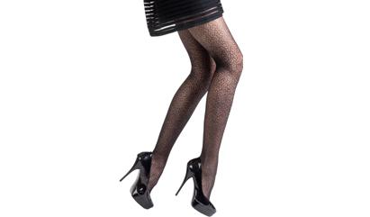 Madame So Fashion : elle pare ses jambes de résille et de motifs branchés.